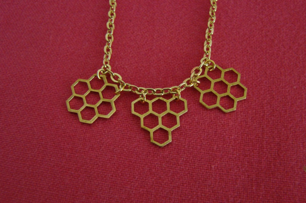 Ourserie.com - collier nid d'abeille